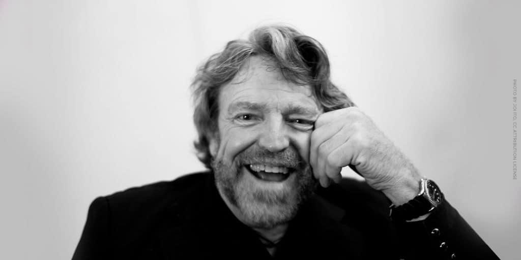 Retrato de John Perry Barlow sonriendo