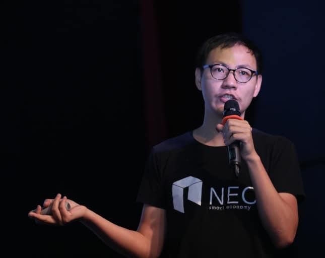 Erick Zhang hablando sobre NEO, Erik Zhang charlando sobre la proxima evolución de NEO, Erik Zhang participando en una conferencia sobre NEO