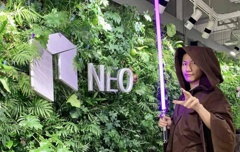 Erik Zhang el caballero Jedi de NEO, Erik Zhang vestido como caballero jedi, Erik Zhang el Jedi detrás de NEO