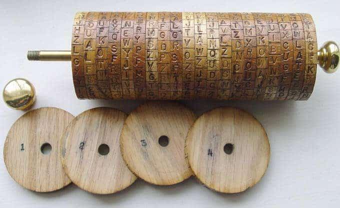Uma cópia do cilindro de Jefferson, um dos primeiros dispositivos criptográficos simétricos modernos